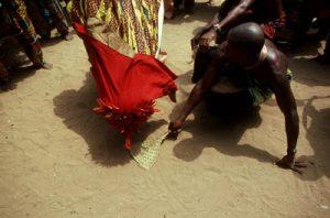 Benin Re_O7©Desjeux porteur d'un te vodun , prosternation, - Le Vodun est un mot de langue fon qui dŽsigne certains anctres divinisŽs des BŽninois, des fons en particulier, chez les Nago-yoruba on les appelle Orisa.