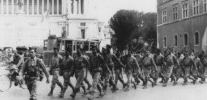 1944-Rome-La-DFL-devant-le-Parlais-Farnese1-740x360